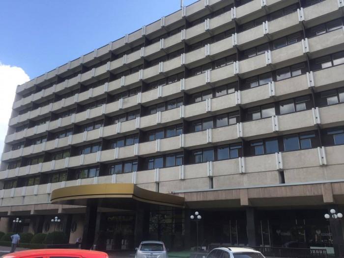 Hotelul Codru nu mai este! De pe fațada clădirii din centrul capitalei a fost scoasă inscripția