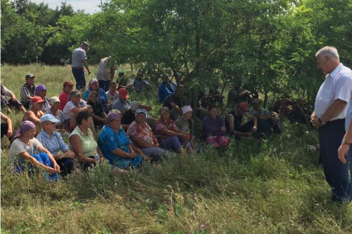 Imaginea zilei. Diacov, la întâlnire cu muncitorii în câmp: Am vorbit despre reforma în sănătate și a codului electoral