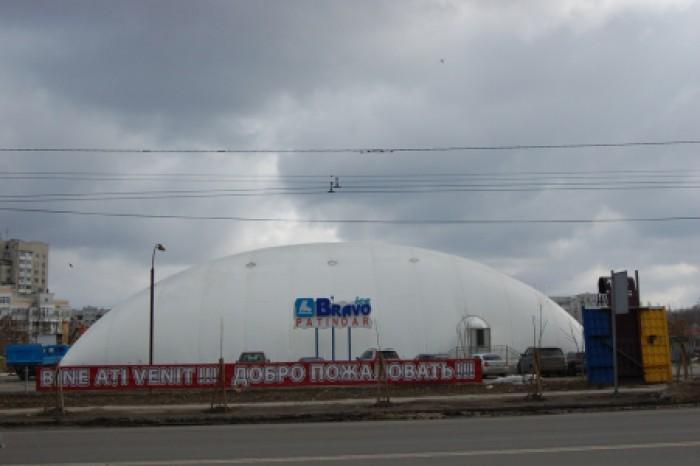 Imaginea zilei. Patinoarul din Chișinău n-a mai rezistat și s-a prăbușit din cauza zăpezii