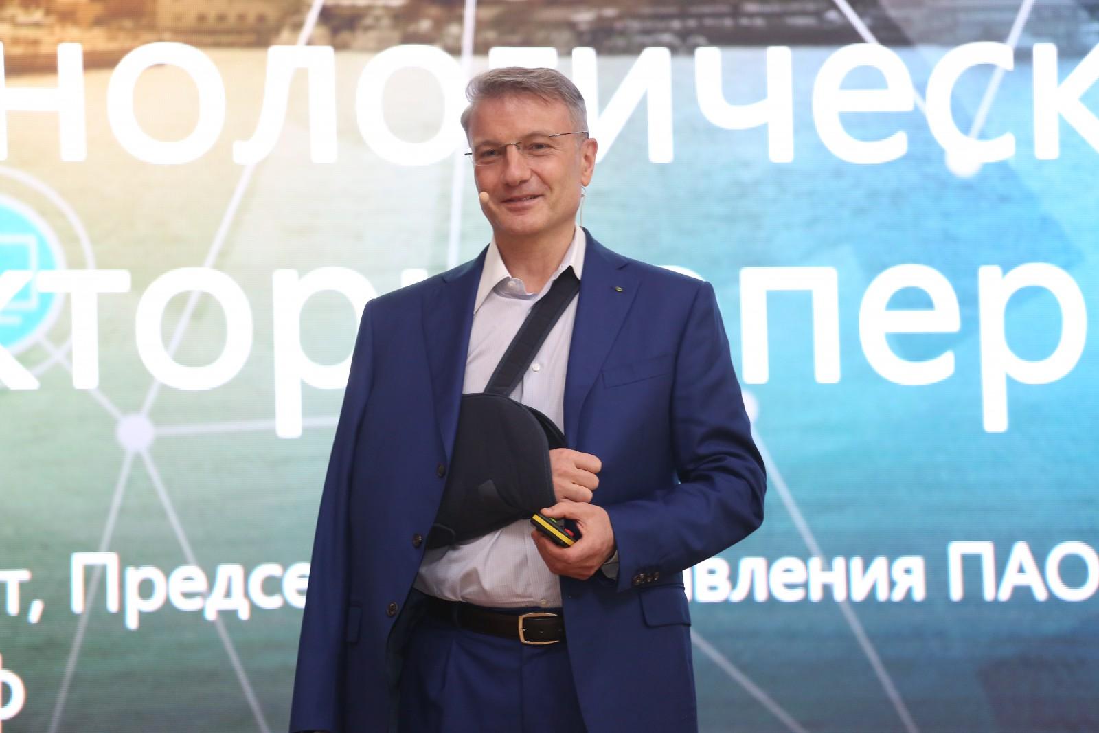 (imaginea zilei) Șeful Sberbank, Gherman Gref, cu mâna fracturată, a ținut o lecție deschisă la Chișinău