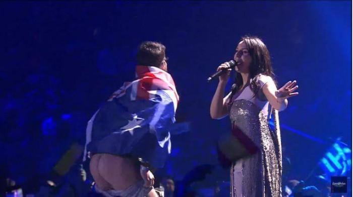 (video) Imaginea zilei la Eurovision 2017. În timp ce Jamala evolua, un bărbat și-a arătat posteriorul pe scenă