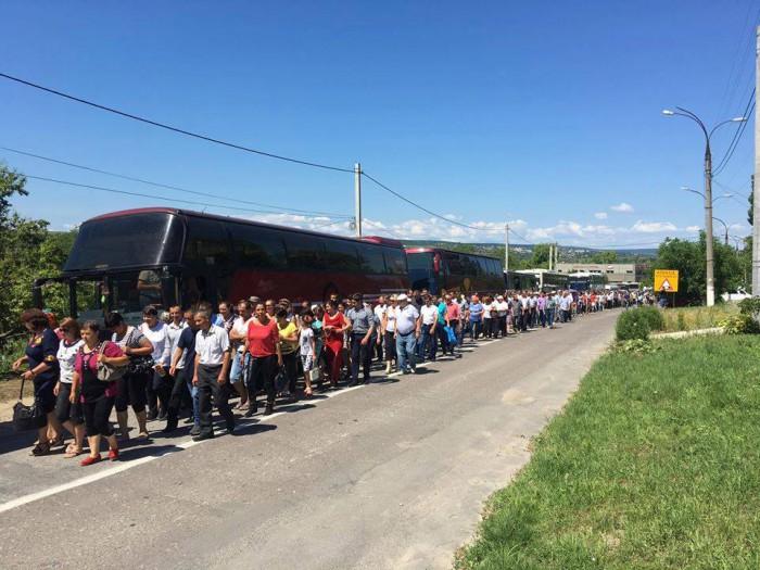 """Imaginea zilei: Protestarii de la Ialoveni, duși """"cuminți"""", în linie dreaptă, spre autocare"""