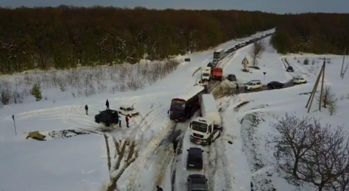 Imagini filmate cu drona. Iată cum zeci de şoferi circulă cu dificultate pe şoseaua Chişinău-Leuşeni