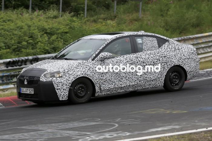 Imagini spion: Opel Corsa se va transforma într-un sedan. Un prototip a fost văzut pe Nurburgring