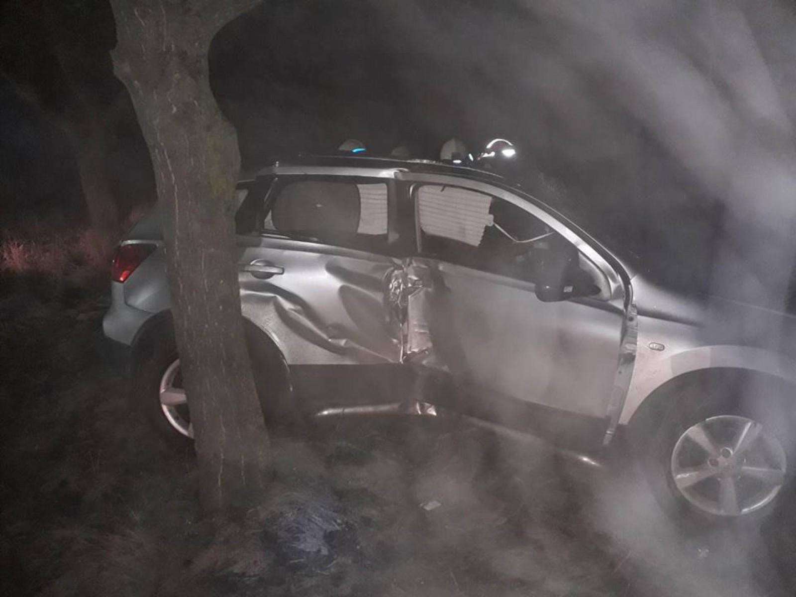 Impact violent la Edineț: Trei persoane au avut de suferit după ce au intrat cu mașina într-un copac