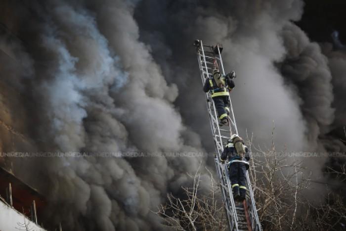 Incendiu în capitală. Un apartament cu două camere a fost făcut scrum