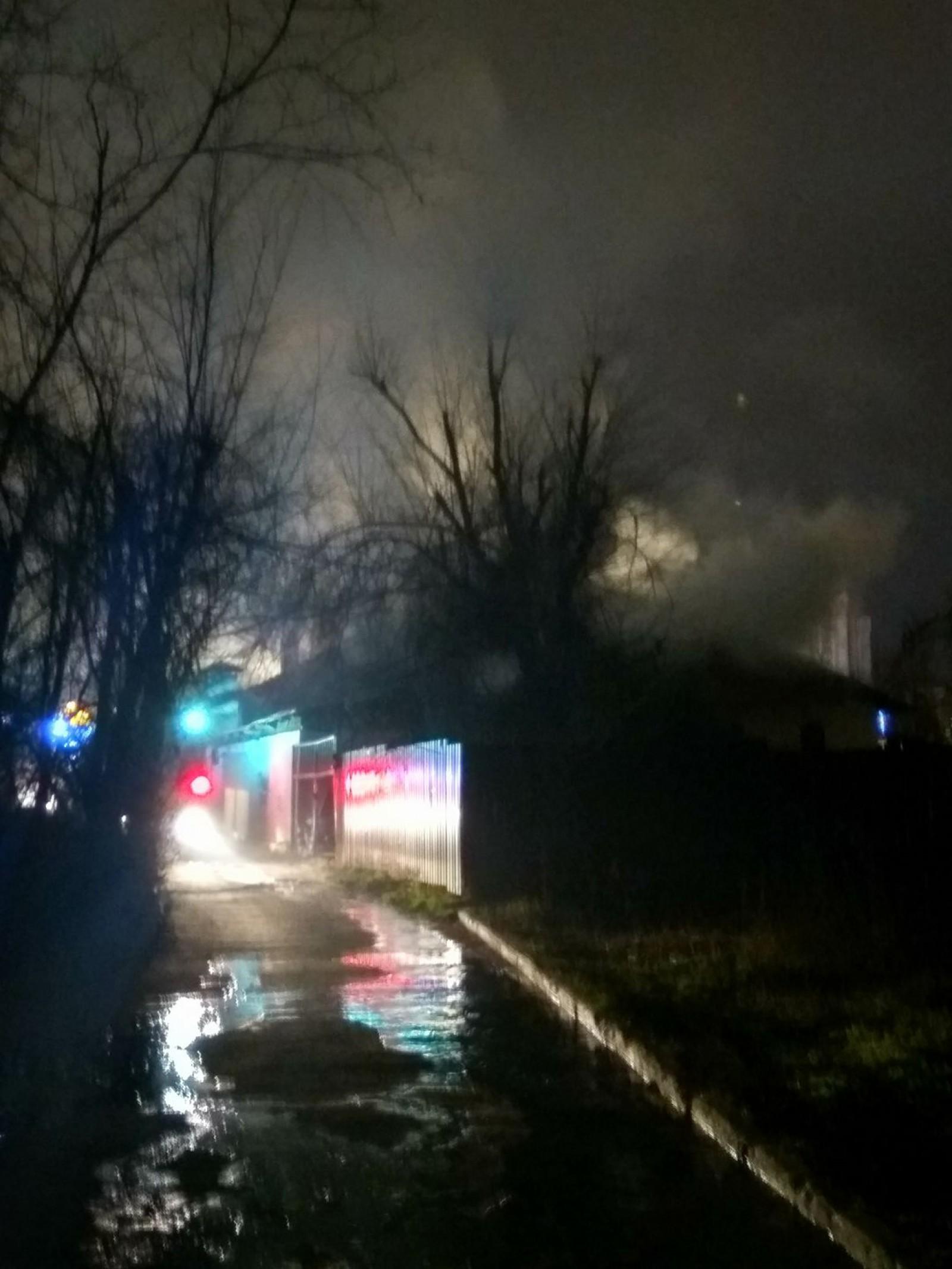 Incendiu la un restaurant din capitală. Patru autospeciale luptă cu focul, iar două persoane au avut de suferit