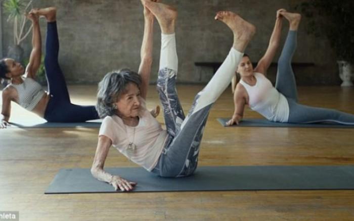 La 98 de ani, instructorul de yoga cu cea mai mare experienţă din lume împărtăşeşte tainele bucuriei de a trăi
