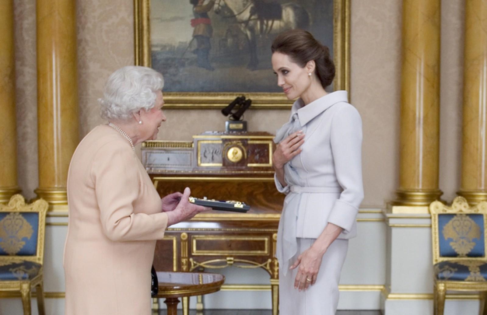 """Lecția primită de Angelina Jolie de la Regina Marii Britanii: """"Le spun mereu fiicelor mele"""""""