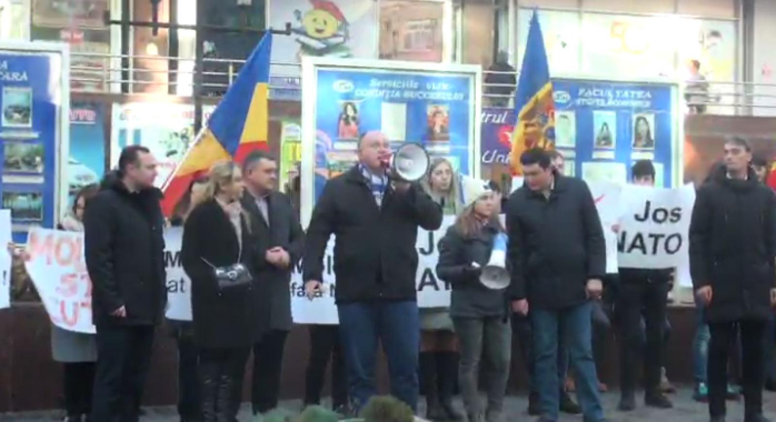 """(video) """"NATO, go home"""". Socialiștii au protestat în fața de deschiderea oficiului de legătură NATO la Chișinău"""