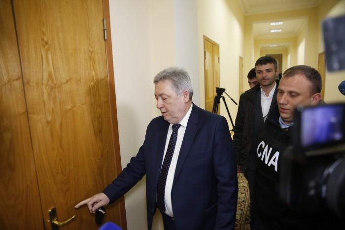 (video/update) Viceprimarul a fost escortat la CNA. Nistor Grozavu: Nu am ce comenta, o să clarific chestia asta