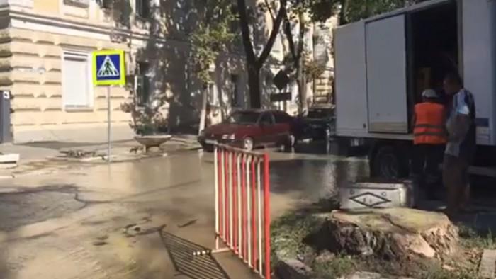 Live din centrul capitalei, unde s-a spart o țeavă sub presiune