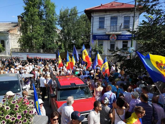 """(video) Un nou protest față de modificarea sistemului electoral: Oamenii au scandat """"PD-PSRM, aceeași mafie"""" și """"Nu votul mixt"""""""