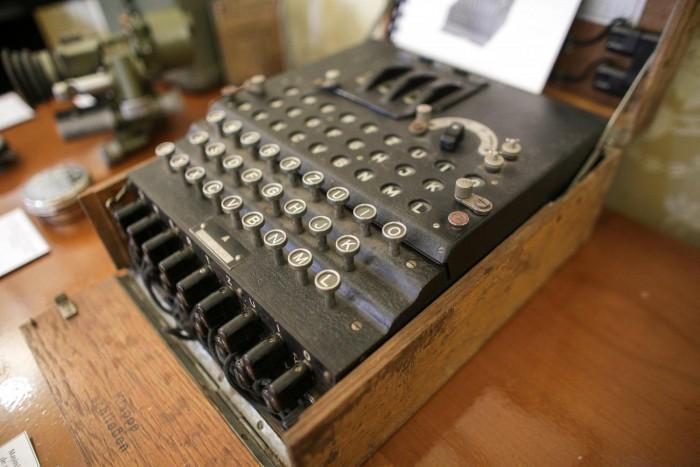 """Mașina de criptat """"Enigma I"""", folosită de naziști, cumpărată cu 100 de euro și vândută cu 45.000, în România"""