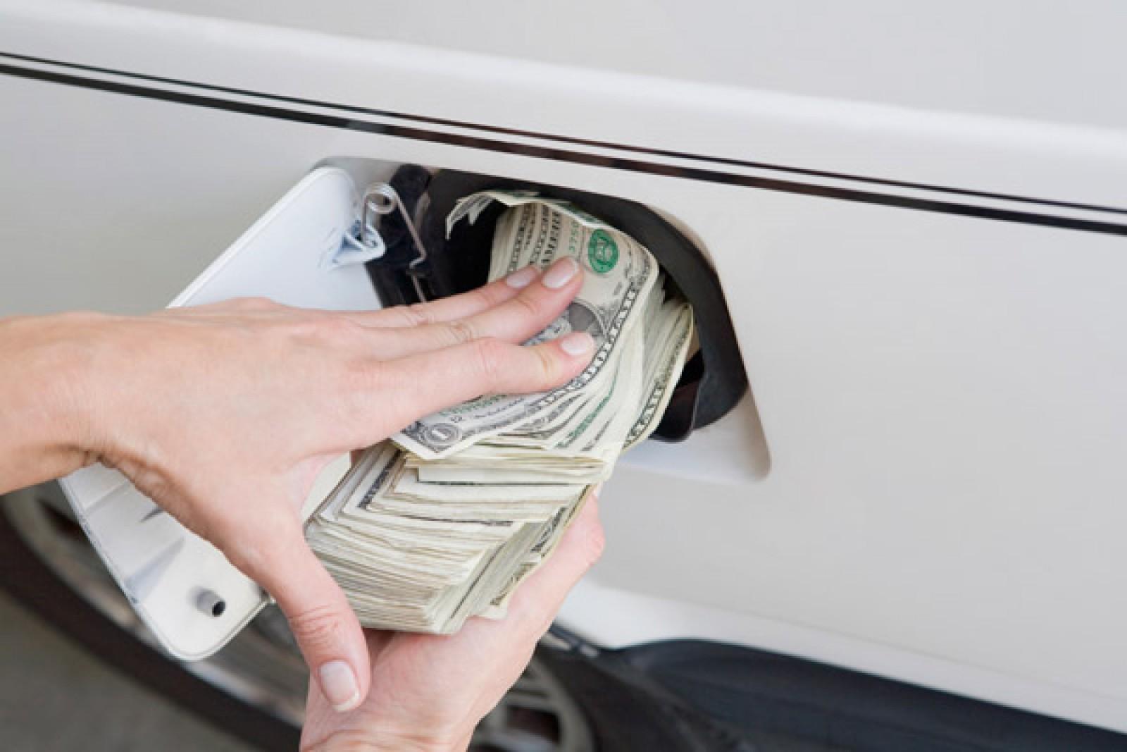 Moldova: Cum am ajuns să plătim cu peste 3 lei mai mult pentru benzină şi motorină în mai puţin de un an