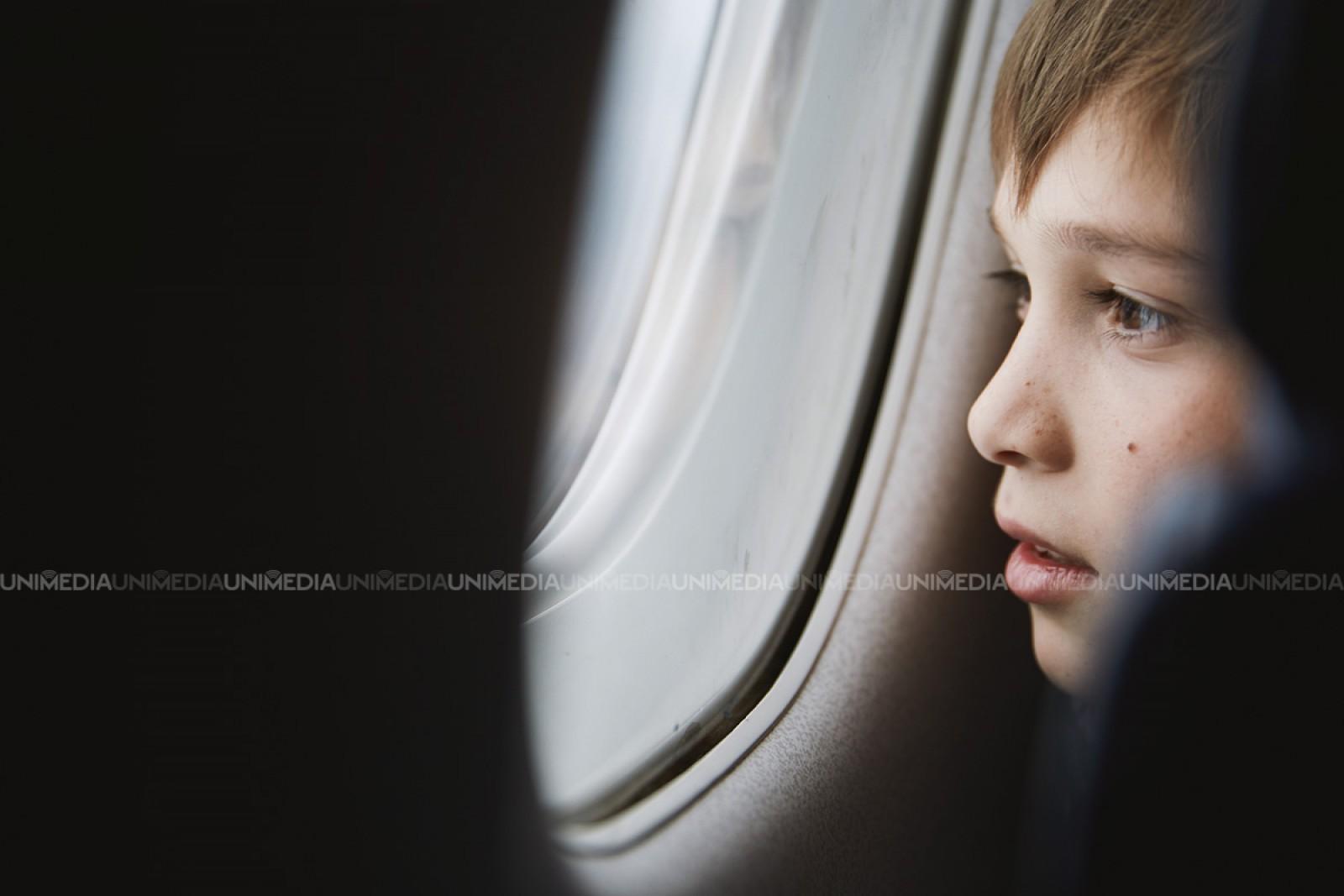 Motivul pentru care pasagerii avioanelor sunt rugați să ridice obloanele ferestrelor la decolare și aterizare