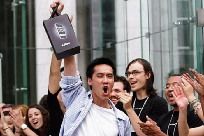 Mult aşteptatul iPhone 5, în magazine. Cei mai ahtiaţi fani au stat la rând şi o săptămână