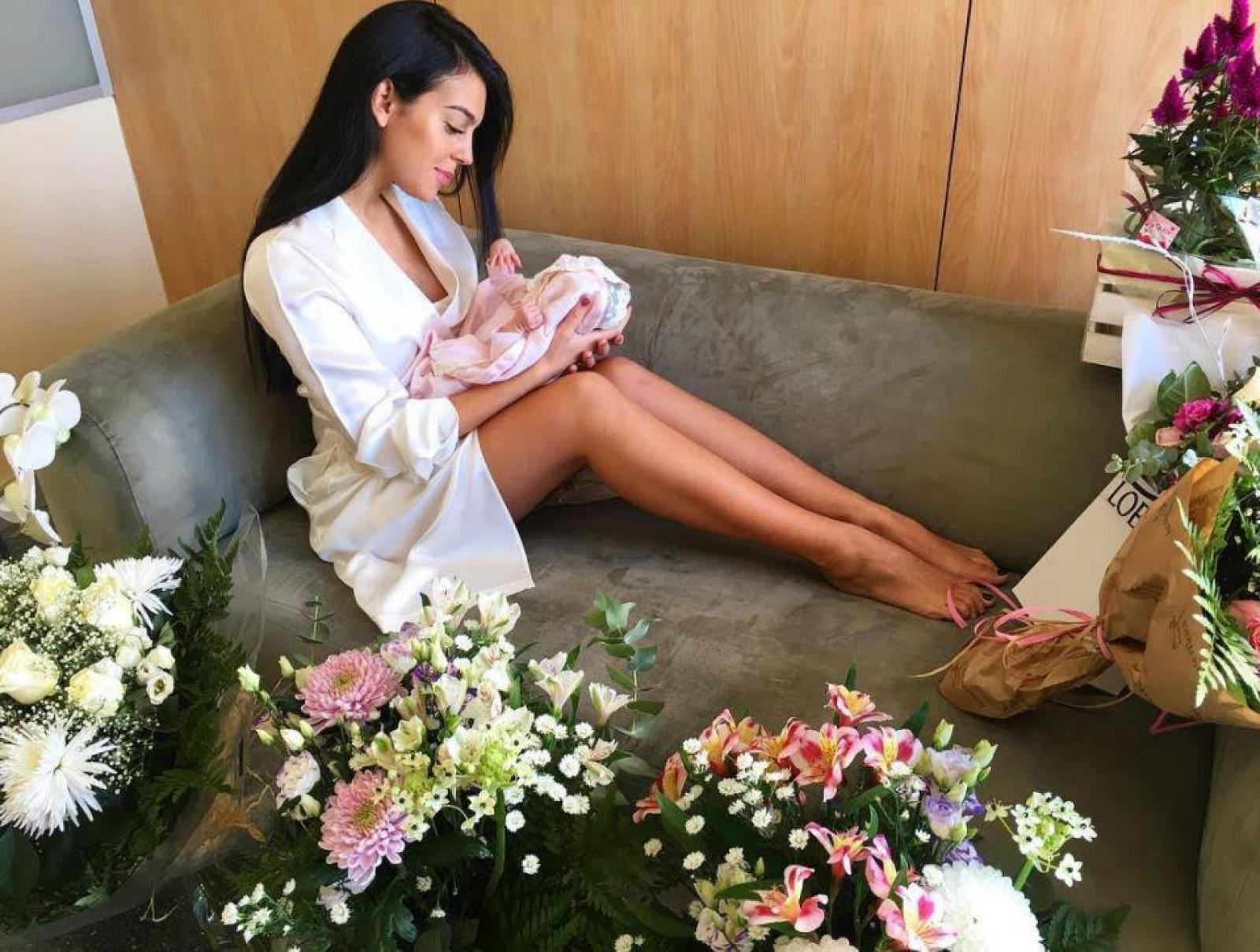La nici o lună, deja este vedetă. Iubita lui Cristiano Ronaldo împreună cu fiica sa, pe coperta unei reviste spaniole