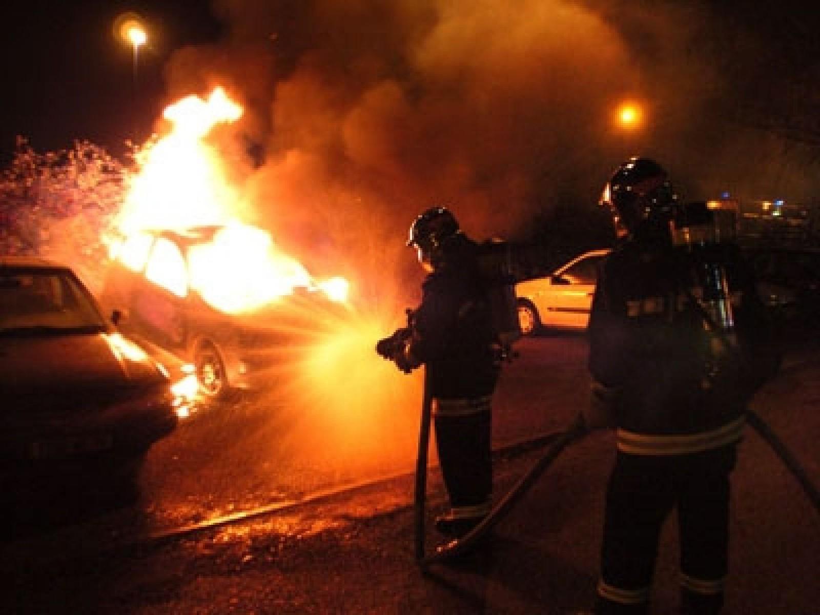O mașină, distrusă de flăcări azi noapte în sectorul Ciocana