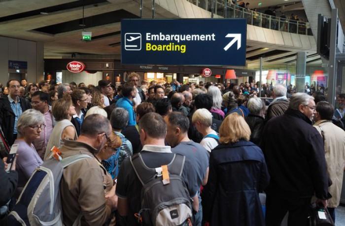 Pasagerii riscă să stea până la patru  ore, la cozi de aşteptare, în aeroporturi din Europa. De ce sunt întârziate zborurile