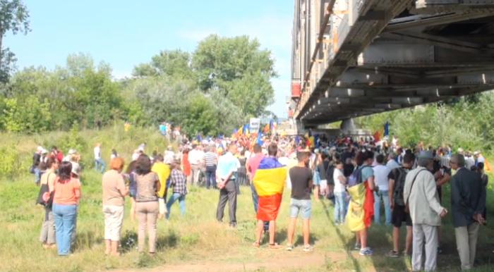Live: Eveniment emoționant la Ungheni. Mii de oameni au reconstituit Podul de Flori