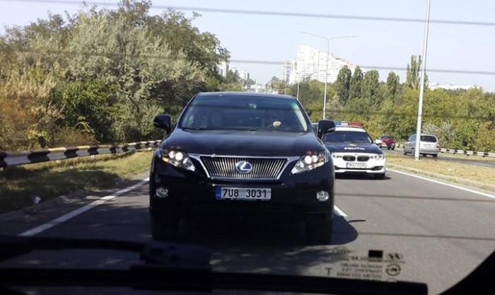 Poza zilei. Andrian Candu, cu telefonul la ureche în timp ce își conduce mașina