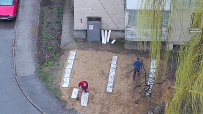 (foto) Amenajare în stil moldovenesc: Ce folosesc doi bărbați pe post de materiale pentru pavaj