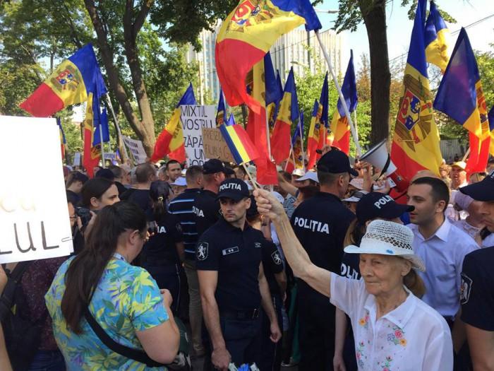 Presa română: Tulburări la Chișinău. Schimbarea sistemului electoral a fost votată de Parlament, oamenii au ieșit în stradă