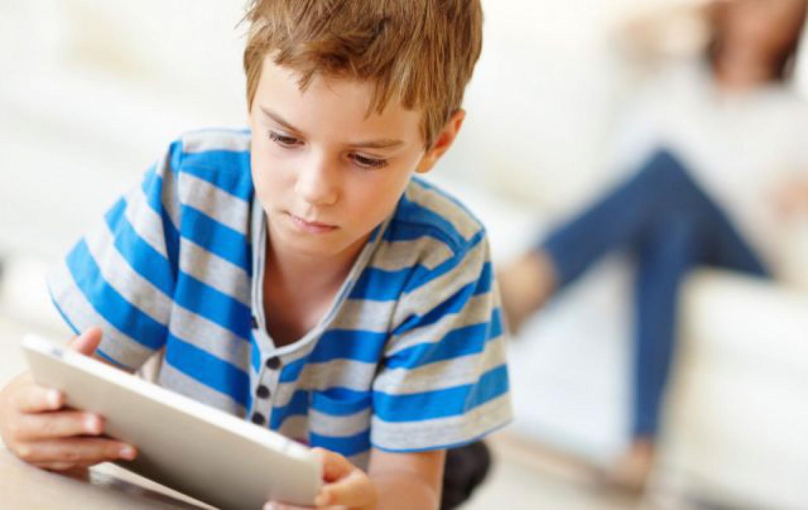 Psihologi: Fără telefon, tabletă, laptop până la 3 ani. Copiii trebuie să folosească Facebook de la 13 ani încolo