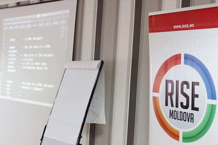 """Jurnaliștii de la RISE Moldova, vizitați de polițiști: """"Are legătură cu inaugurarea noului sediu al PD, care se află lângă oficiul nostru?"""""""
