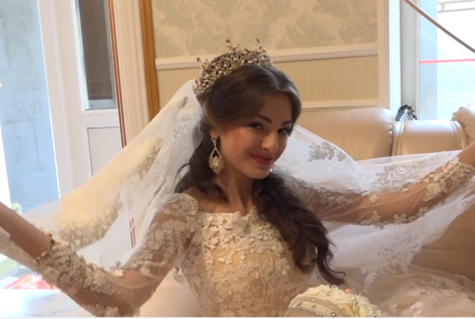 (video) Rochie brodată cu cristale Swarovski: Nepoata baronului țiganilor din Bălți s-a căsătorit, iar mirele a cumpărat-o de la rude cu două kg de aur