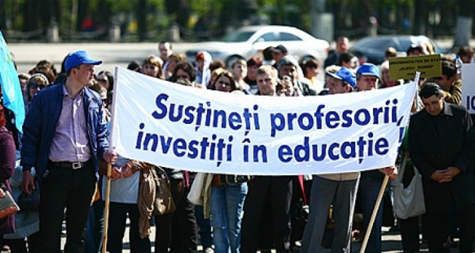 România: Studenți și profesori de la mai multe universități protestează în fața Ministerului Educației, după ce a fost redus numărul de burse universitare