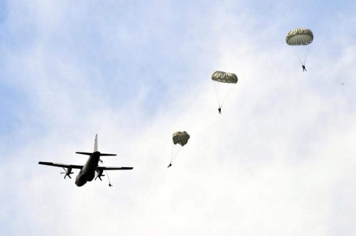 Senzații tari la Mărculești: militarii au sărit cu parașuta