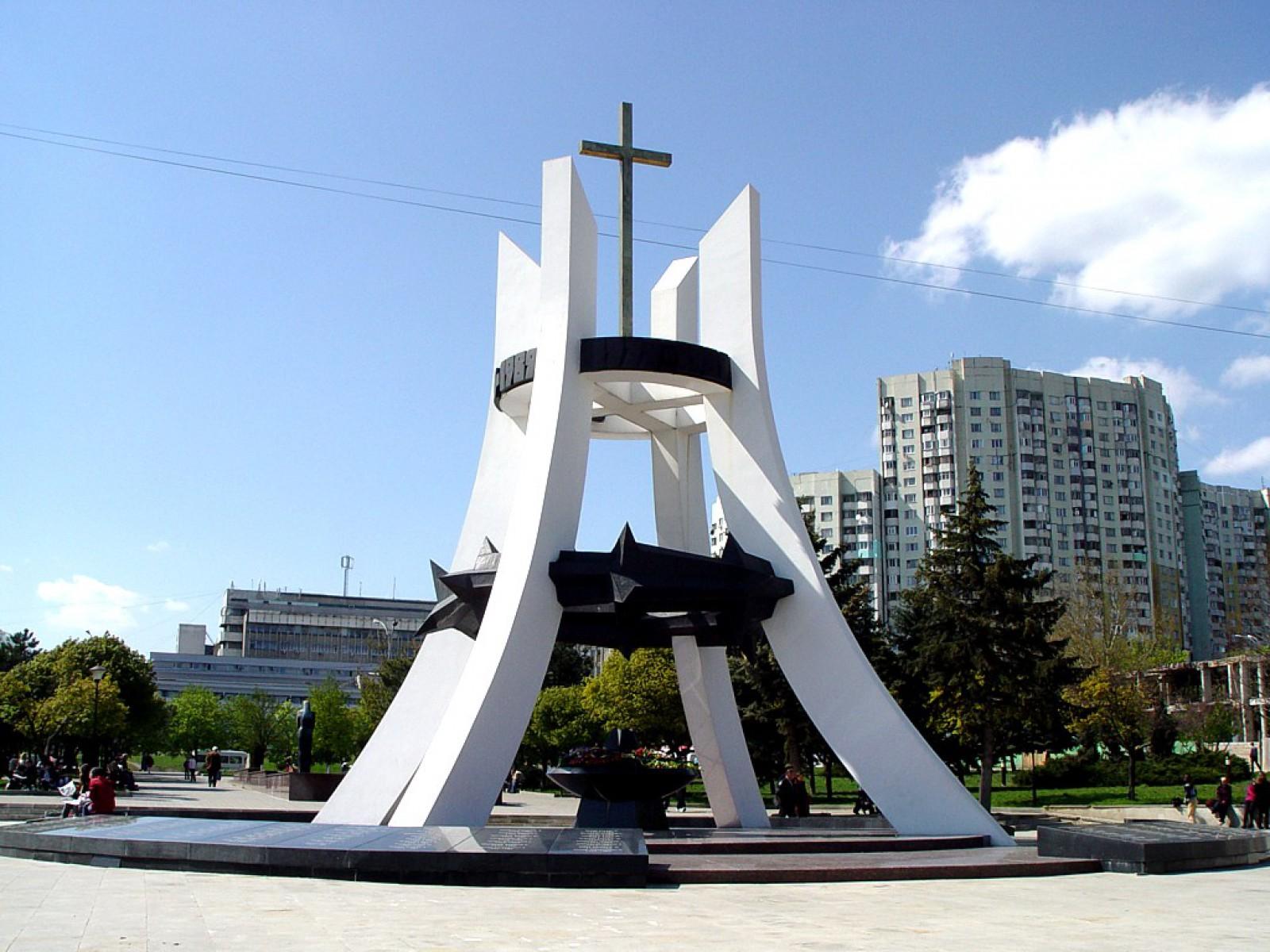 """Silvia Radu face curat în jurul Complexului Memorial """"Feciorilor Patriei – Sfântă Amintire"""". Până la data de 1 aprilie toate gheretele să fie evacuate"""