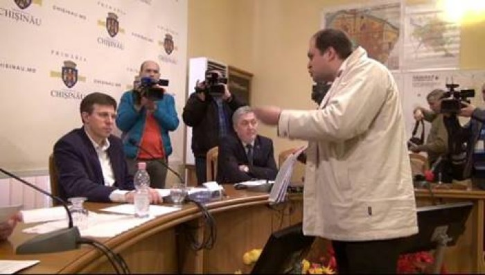 (video) Socialiștii au dat buzna în clădirea Primăriei Chișinău