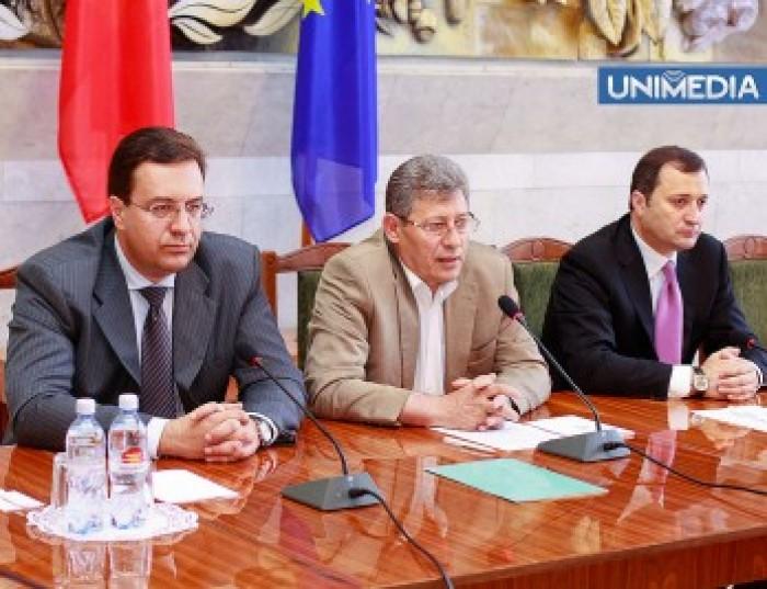 """Soluția lui Ghimpu pentru aplanarea conflictului din AIE: Las' să vină şi alţii să """"rulească"""""""