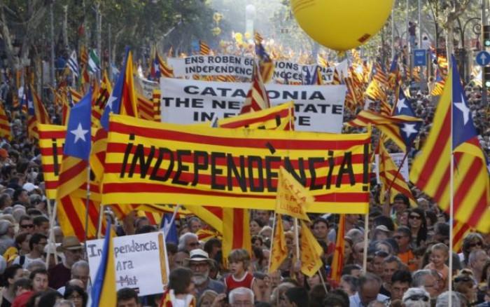 Spiritele se încing în Catalonia: ameninţări, percheziţii, arestări. Barcelona strânge voluntari