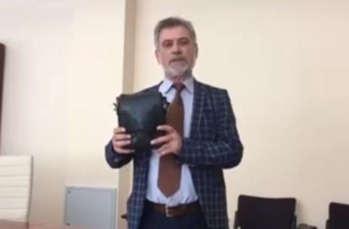 """Stop cadru. Deliu a donat pentru Muzeul Parlamentului o """"barsetkă"""""""