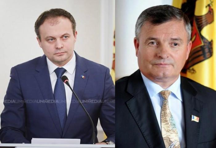 (stop cadru) Deputatul Bejan vrea laptop-uri în Parlament. Candu îi explică cum să folosească computerul