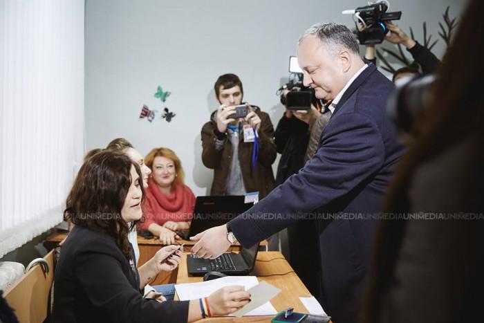 """(stop cadru) Igor Dodon, către membra biroului electoral: """"Dați-mi buletin de vot în limba moldovenească sau de care aveți"""""""