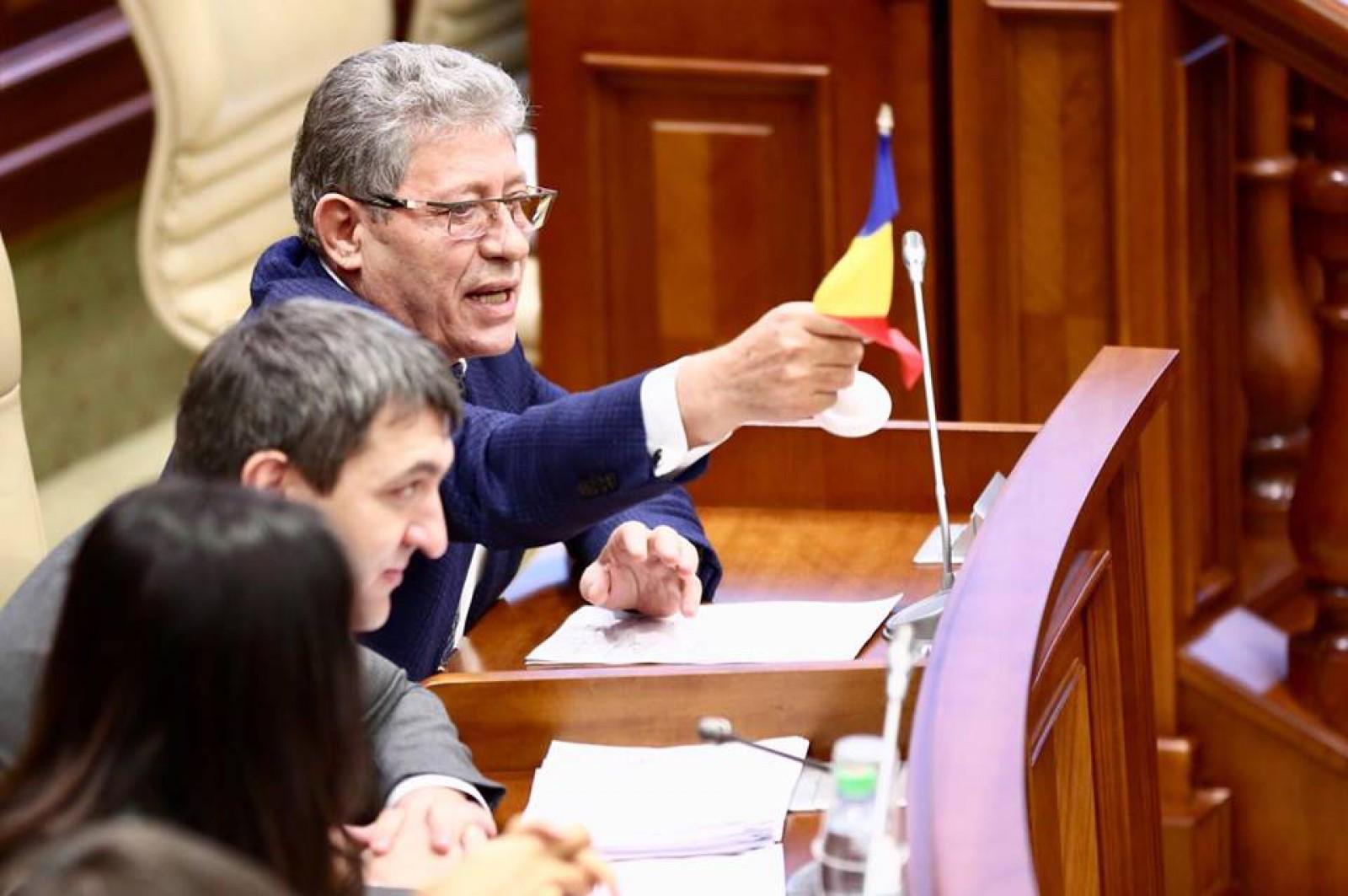 """Stop cadru în Parlament. Mihai Ghimpu, luat la rost de Voronin: """"Nu ți-i rușine? Tu te stimezi pe sine? A, Mișa?"""