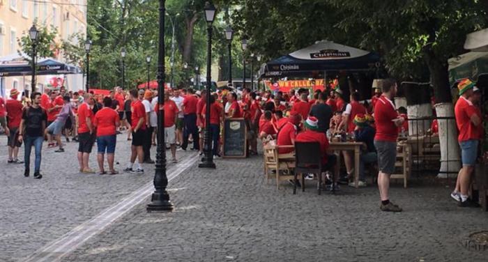 (foto) Strada Pietonală, plină de suporteri galezi, înainte de meciul de azi, Moldova-Țara Galilor
