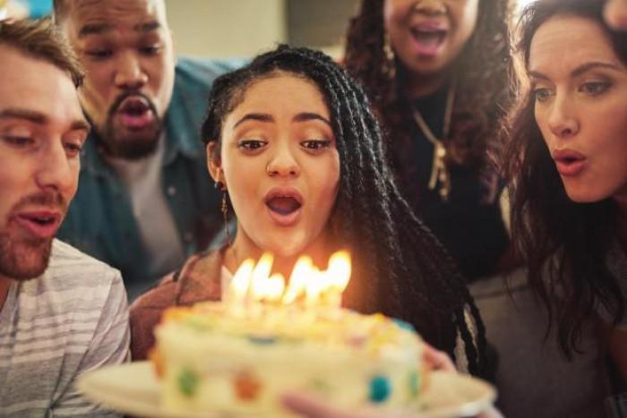 Suflatul în lumânări crește numărul bacteriilor de pe tort cu 1.400%
