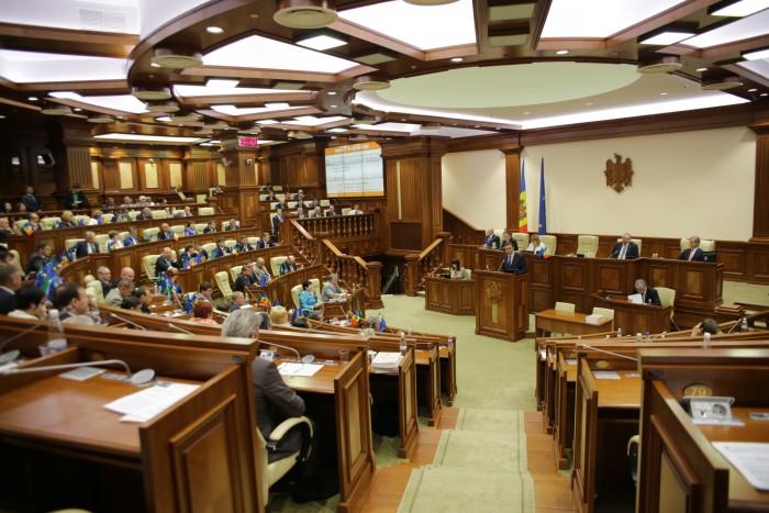 Deputații RĂMÂN cu imunitate parlamentară