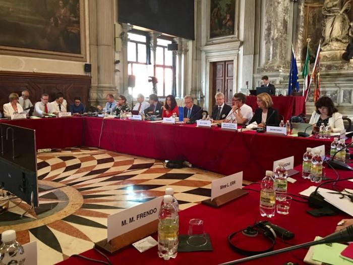 """Ultima oră: Aviz critic al Comisiei de la Veneția privind schimbarea sistemului de vot: """"Votul mixt face deputaţii vulnerabili în faţa intereselor de afaceri"""""""