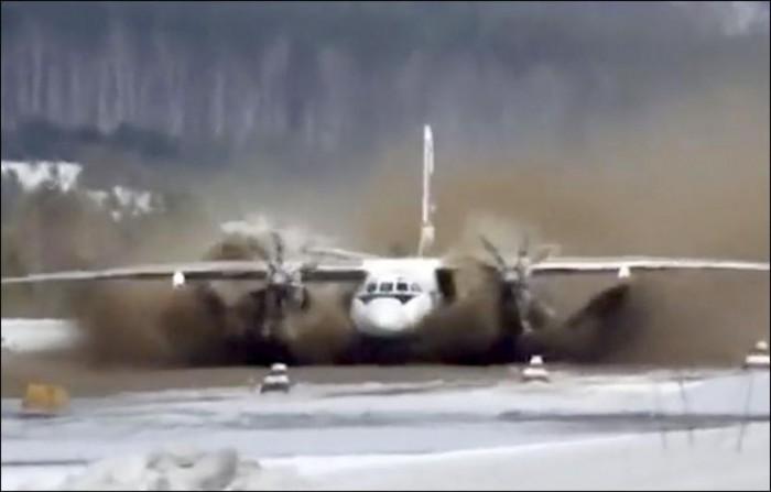 Un aeroport a fost închis pentru că s-a transformat în lac. Peste 500 de turiști sunt blocați în oraș