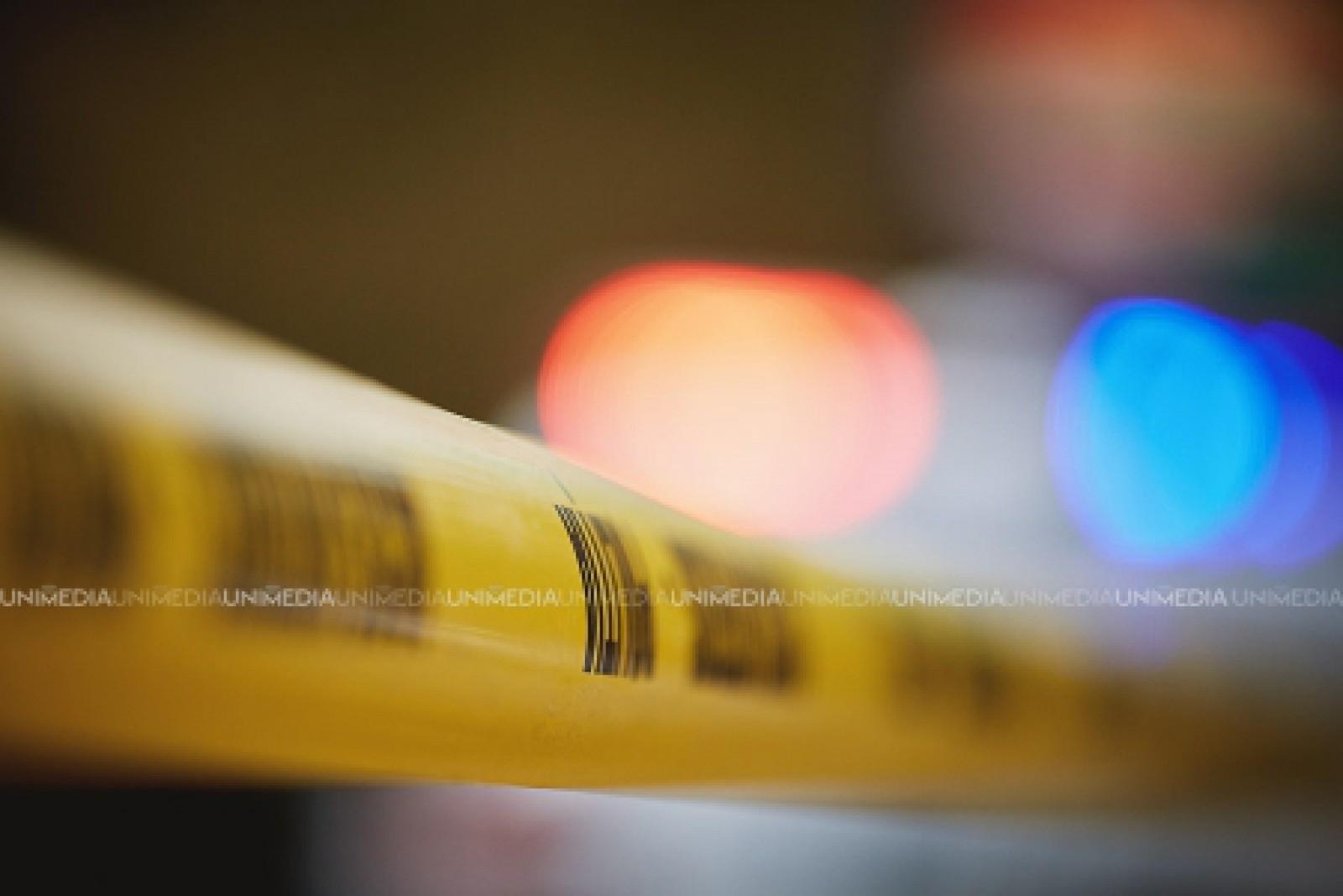 Un bărbat, găsit împușcat în gât în propria locuință. Pensionarul s-ar fi sinucis
