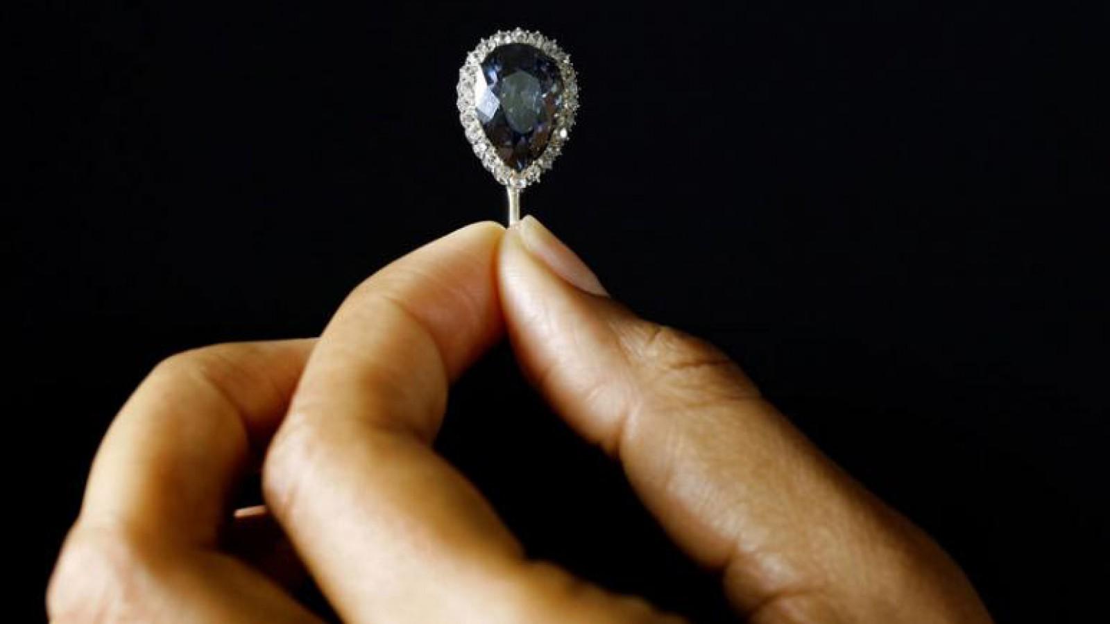 Un diamant albastru, de 300 de ani, vândut la licitație cu 6,7 milioane de dolari