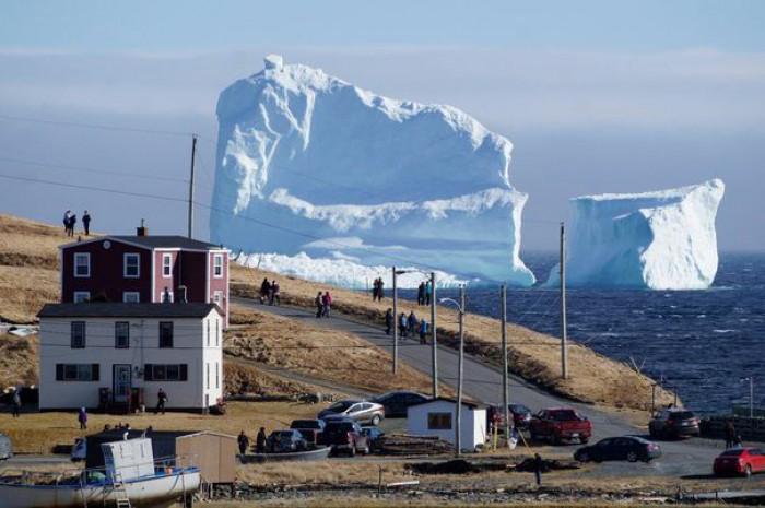 Un iceberg, mai înalt decât cel care a scufundat Titanicul, este cel mai nou obiectiv turistic din Canada. Toată lumea vrea poze cu el