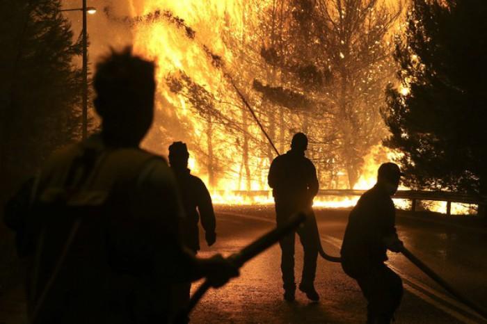 Un incendiu de vegetaţie ameninţă locuinţele de pe insula Kefalonia. Peste 55 de focare sunt active în Grecia